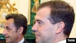Президенти Русия Дмитрий Медведев (аз рост) ҳангоми мулоқот бо ҳамтои фаронсавияш Николас Саркозӣ, Маскав, 12 августи соли 2008.