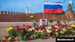 На месте убийства политика Бориса Немцова. Москва, 13 апреля 2015 года.