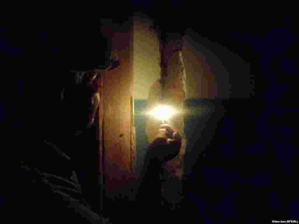 Ғимараттың екінші қабатындағы бір бөлмеде тұратын зейнеткер Ақжолбек Мүсірәлиев қабырғаның жарылған тұсын көрсетіп тұр.