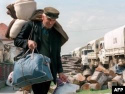 'Vrh u Zagrebu je otvorio te putne pravce kojima se trebalo omogućiti ljudima da se povuku iz dijelova zahvaćenih borbom.' (Na fotografiji: Srbi napuštaju Hrvatsku, Pakrac 1995)