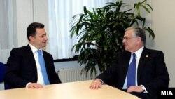 Премиерот Никола Груевски на средбата со грчкиот колега Лукас Пападимос во Брисел