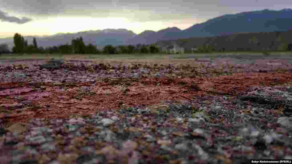 Барган сайын аба каттамдарга суроо-талап өсүп, чакан аэробекет жана асфальт-бетон учуп-конуу тилкеси 1985-жылы ишке берилген.