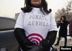Бала күтіміне арналған жәрдемақы қысқарғанына байланысты қарсылық акциясына шығып тұрған әйел. Алматы, 20 ақпан 2013 жыл.