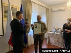 Амбасадар Польшчы Артур Міхальскі ўручае прэмію Алесю Бяляцкаму