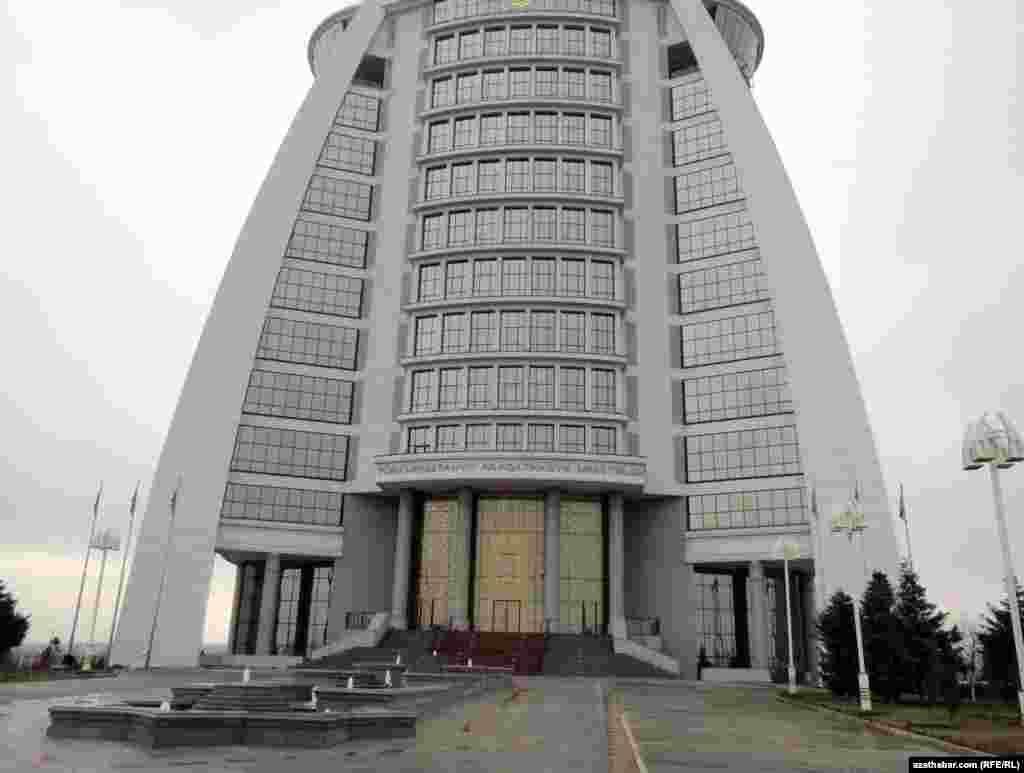 Türkmenistanyň Aragatnaşyk ministrliginiň binasy, Aşgabat