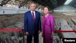 Абдуллаев Ўзбекистон президенти рафиқаси Татьяна Каримованинг жиянидир.