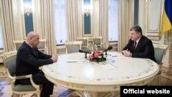 Президент України Петро Порошенко (праворуч) і голова Закарпатської ОДА Геннадій Москаль. Київ, 6 листопада 2015 року