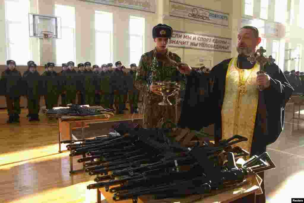 Bjelorusija - Pravoslavni svećenik blagoslivlja puške namjenjene regrutima u Minsku, 23. januar 2013. Foto: Reuters / Vasily Fedosenko