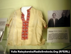 В експозиції музею Голокосту. Сорочечка для єврейського хлопчика, якого переховували українці