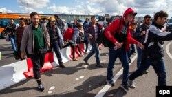 گروهی از پناهجویان که وارد آلمان شده و تلاش دارند تا خود را به سوئد برسانند