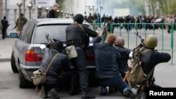 Милиция бөлімшесі маңында тұрған қарулы адамдар. Луганск, Украина, 29 сәуір 2014 жыл.