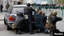 جداییطلبان هوادار روس مسلح هستند (در تصویر گروهی از آنها در نزدیکی یکی از مراکز پلیس در لوهانسک)
