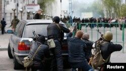 Вооруженные люди у здания отделения милиции в Луганске, 29 апреля 2014 года.