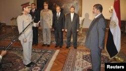 Президент Єгипту Мохаммед Мурсі представляє нового міністра оборони Абдель-Фаттаха аль-Сіссі, 12 серпня 2012 року