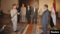Muhammad Morsi (djathtas) dhe gjenerali al-Sissi