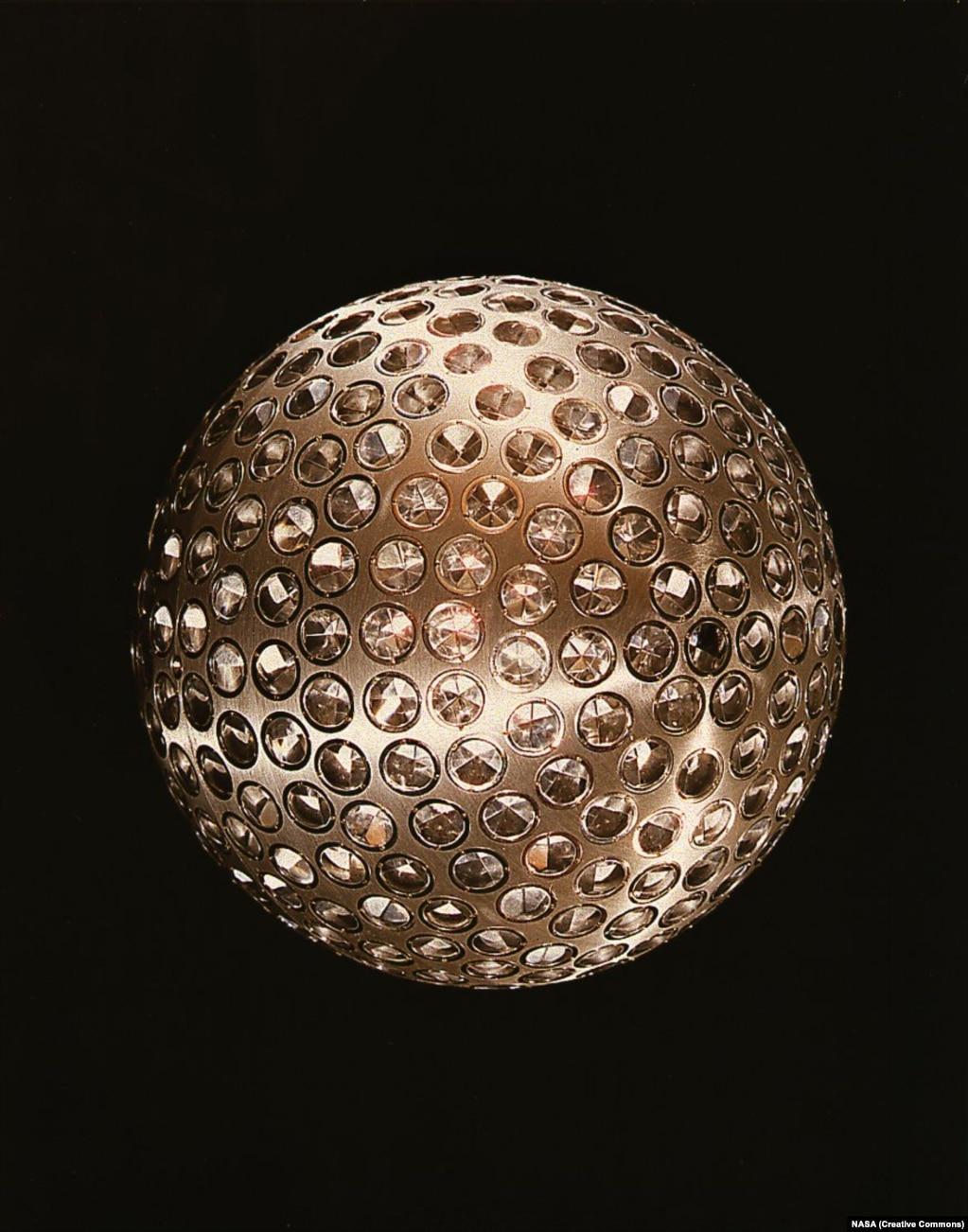 LAGEOS 1 называют космическим диско-шаром НАСА. Он был запущен в 1976 году. 400-килограммовая алюминиевая и латунная сфера усыпана рефлекторами, которые позволяют лазерным лучам с Земли точно определять смещение тектонических плит и точную форму планеты.