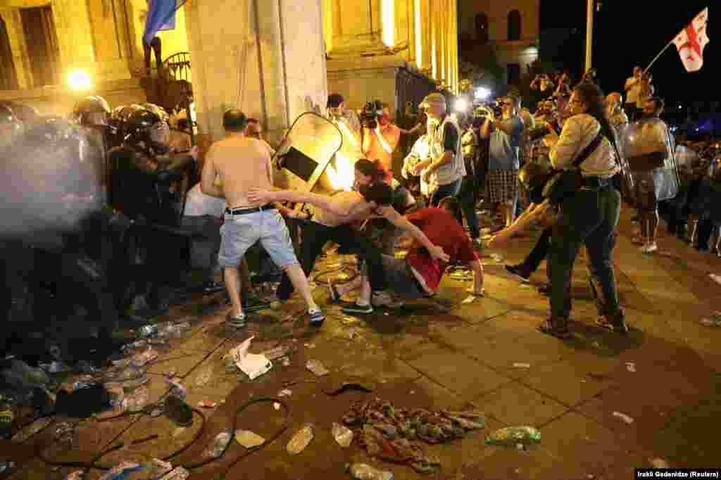 21 июньгә каршы төндә парламент бинасы янындагы бәрелешләр.