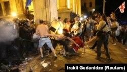 Согласно данным Минздрава, повреждения различной степени тяжести получили 240 человек, из них около 80 - полицейские