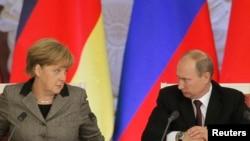 Ресей президенті Владимир Путин (оң жақта) мен Германия канцлері Ангела Меркель. Ресей, Кремль, 16 қараша 2012 жыл. (Көрнекі сурет)