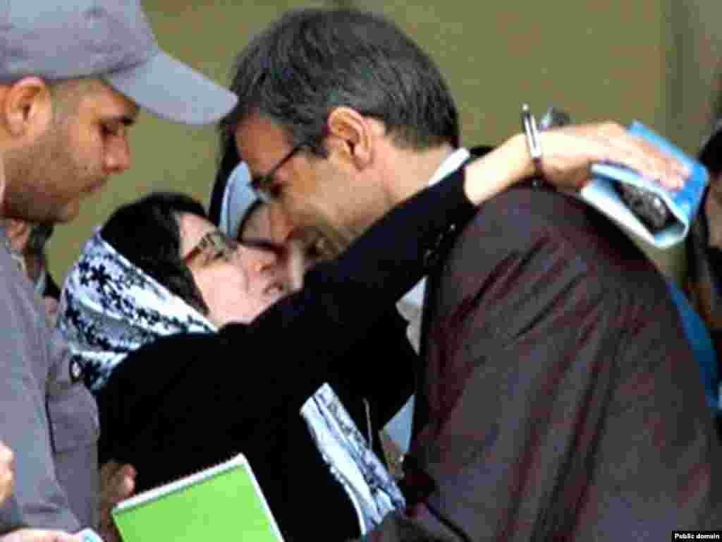 بازداشت نسرین ستوده از وقایع سال ۱۳۸۹ بود اما در هشتم خرداد ماه امسال عکسی که از بوسه او و همسرش پس از نخستین جلسه دادگاه منتشر شد، از خبرسازترین عکسهای بهار ۱۳۹۰ بود.