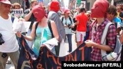 АКШ -- Pussy Riot тобун колдогон акция, Нью-Йорк, 17-август, 2012.
