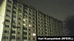 Аварийный жилой дом в микрорайоне Алгабас-6, из которого эвакуировали жителей (справа). Алматы, 2 июня 2016 года.