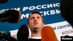 Оьрсийчоь -- Москох мэран харжамийн каппаш дIачIаьгIначул тIаьхьа журналисташна хьалха къамел деш ву Навальный Алексей, 8Гезг 2013
