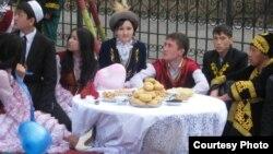Школьники в казахских костюмах отмечают День влюблённых Козы Корпеш и Баян Сулу. Семей, 17 апреля 2012 года. Фото Татьяны Титаевой.