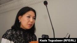 Инга Иманбаева, корреспондент газеты «Ашық алаң» («Трибуна»), выступает в суде. Алматы, 23 сентября 2013 года.
