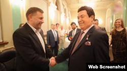 Российский певец Иосиф Кобзон (справа) и главарь группировки «ДНР» Александр Захарченко