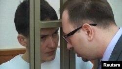 Николай Полозов и Надежда Савченко во время судебного процесса в Донецке