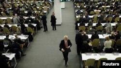 Посол России при ООН Виталий Чуркин покидает заседание Генеральной Ассамблеи