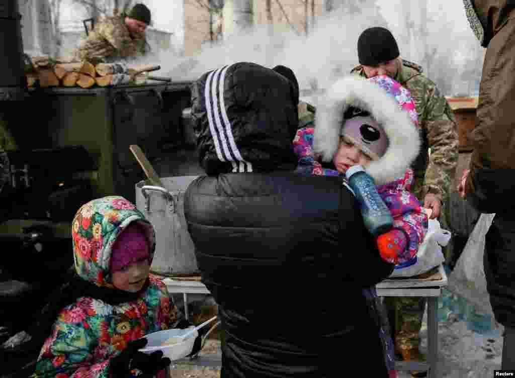 Гаряча їжа для мешканців Авдіївки в одному з пунктів надання гуманітарної допомоги