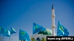 Qurban Bayramında qırımtatar bayraqları. Kefe, Bay Buğa qasabası, 13 sentâbr 2016 senesi. Alina Smutkonıñ çekken fotoresimi
