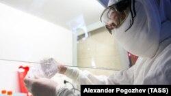Коронавирусту аныктаган лабораториянын адиси.