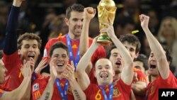 Андрес Иньеста футболдан әлем чемпионатының кубогын ұстап тұр. Оңтүстік Африка, 11 маусым 2010 жыл. (Көрнекі сурет)