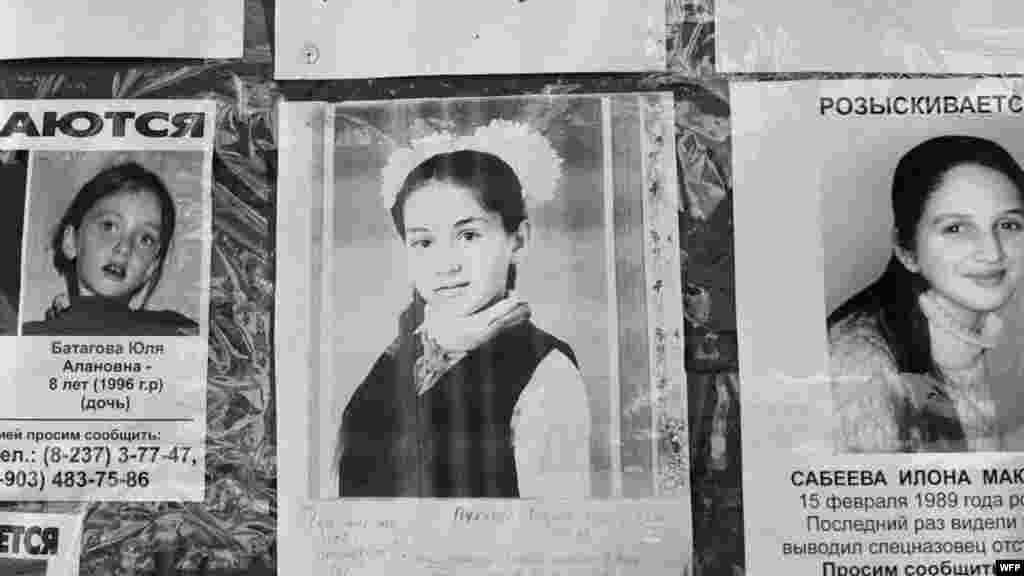 Фотографии без вести пропавших детей и взрослых на стене у входа в школу. Школа №1, Беслан, Северная Осетия. 17 сентября 2004. Джеймс Хилл