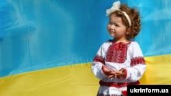 Архівне фото. Маленька учасниця Мегамаршу вишиванок в Ужгороді