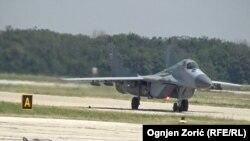 Доставленный из России истребитель МиГ-29 на военном аэродроме близ Белграда. 21 августа 2018 года.