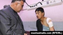 Губернатор провінції Хост Мохаммад Халім Фідаї (ліворуч) навідує постраждалого внаслідок вибуху у лікарні, 2 березня 2020 року