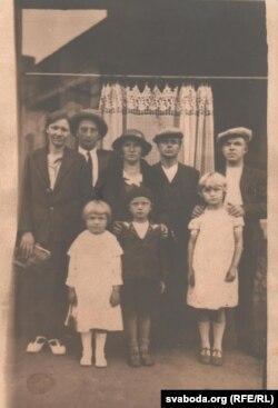 Сім'я Гринцевичів у Франції з приятелями-емігрантами