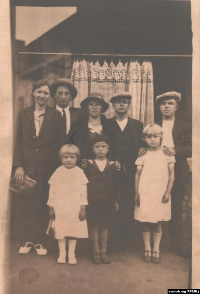Сям'я Грынцэвічаў зь сябрамі-эмігрантамі ў Францыі