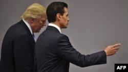 Президент Мексики Енріке Пенья Ньєто (п) і тоді ще кандидат у президенти США Дональд Трамп після зустрічі в Мехіко, 31 серпня 2016 року