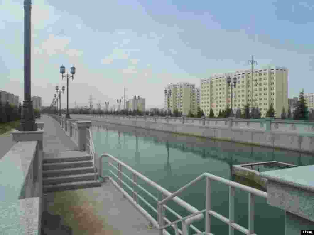 Turkmenistan.Ashgabat.Kanalyn kenary bilen - Turkmenistan.Ashgabat.Kanalyn kenary bilen