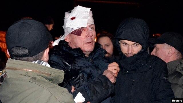 Иностранные политики осудили применение силы и избиение милицией Луценко