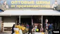 Lucrători migranți la o piață din Moscova.