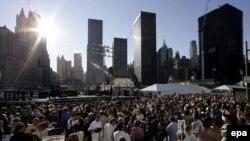 یازده سپتامبر سال 2006 و مردمی که از زمان طلوع آفتاب برای گرامی داشت یاد قربانیان در این محل جمع شده اند.