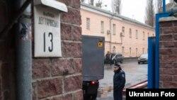 Автозак біля Лук'янівського СІЗО сьогодні зранку