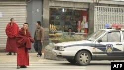 Сычуан провинциясындағы монахтар. Қытай, 26 қаңтар 2012 жыл.