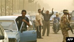 مشهد من إحدى محطات تعبئة الوقود في بغداد، 1 تموز 2008